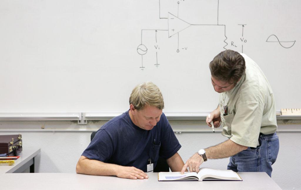 Mann lernt fuer die Externenprüfung