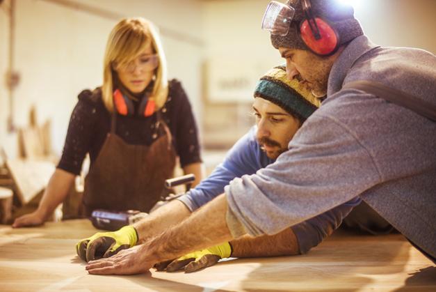 Umschueler arbeiten mit Holz