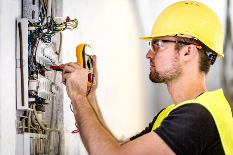Elektriker prüft Schalterschrank