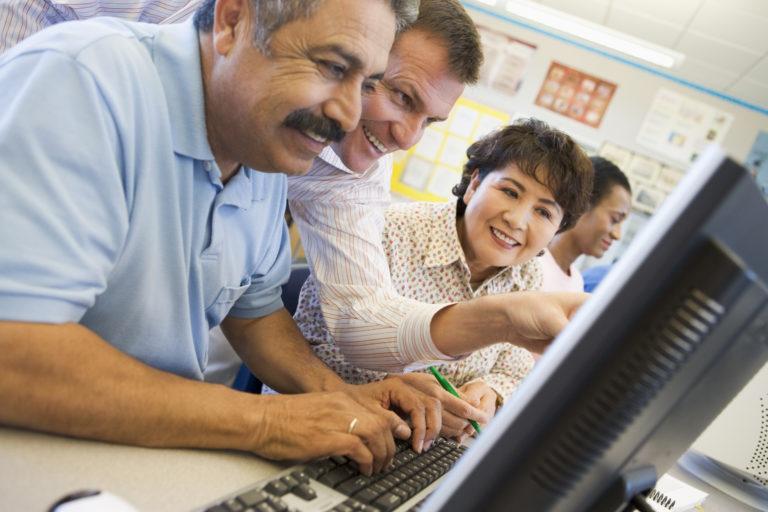 Ausbildung im Einzelhandel Umschueler lernt am Computer