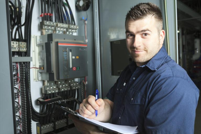 elektriker prueft Schaltschrank