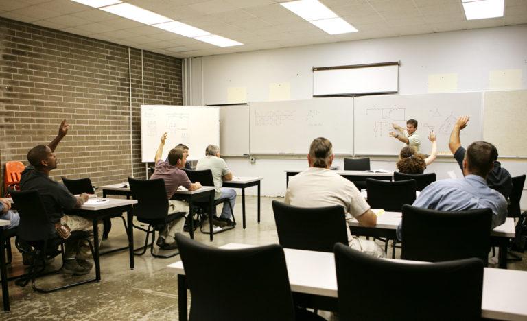 ausbilder-unterrichtet-elektro
